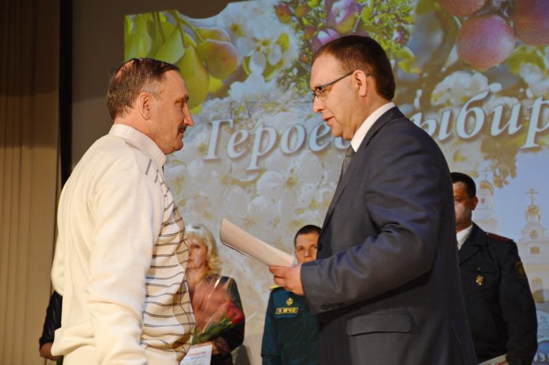 Из личного архива Шамашова Н.А. награждает председатель Толочинского РИК
