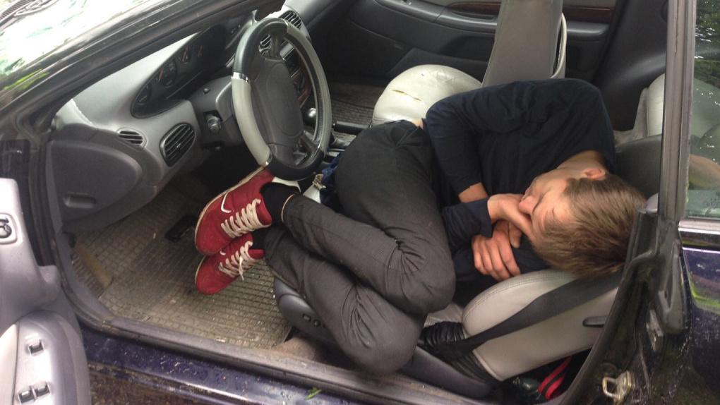 спит в машине