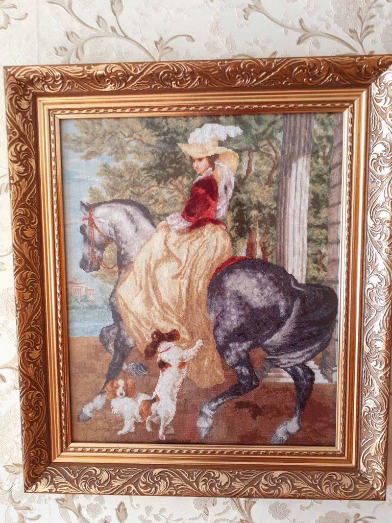 Дама на лошади с собаками